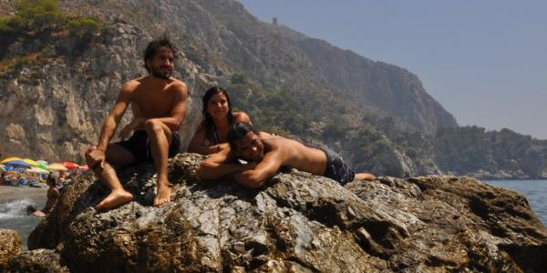 Marina, Leo y yo tomando el sol en una roca