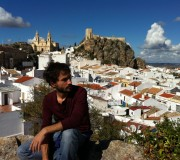Héctor en Olvera, con el Castillo y la Iglesia al fondo.